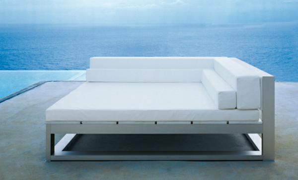 schönes-weißes-sofa - ganz neben dem blauen meer