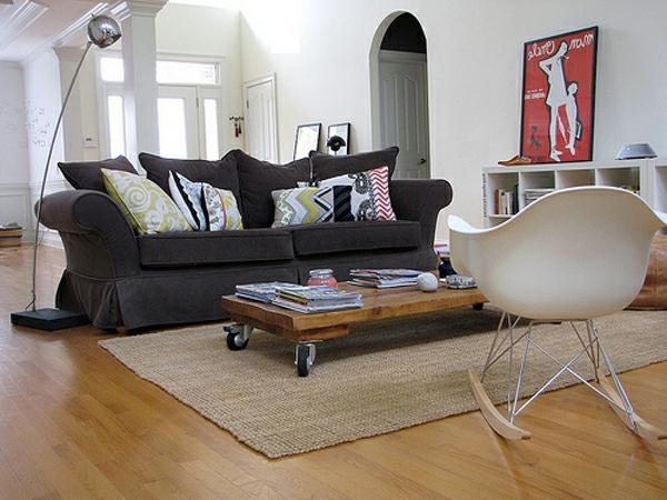 schönes-wohnzimmer-mit-einem-couchtisch-auf-rollen