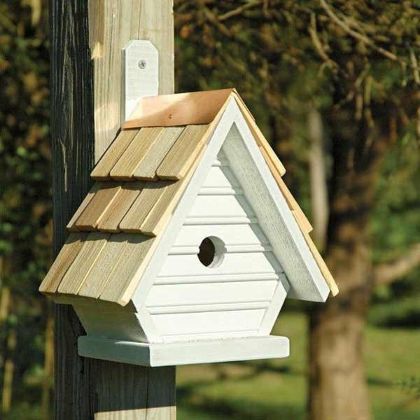 schickes-Futterhaus-für-Vogel-aus-Holz-in-Weiß