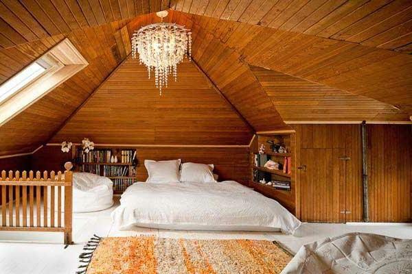 schlafzimmer-im-dachgeschoss-mit-hölzernen-wänden