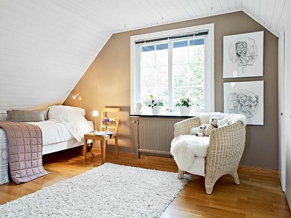 kleines schlafzimmer in einer dachwohnung - bilder an der wand