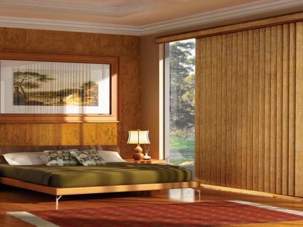 schlafzimmer-mit-jalousien-aus-holz