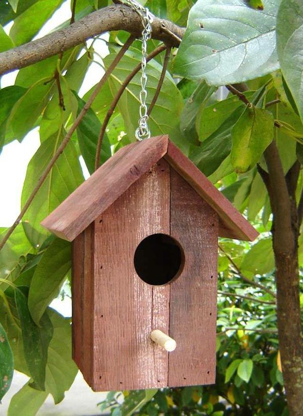schlichte-Vogel-Futterhäuser-aus-Holz-Design