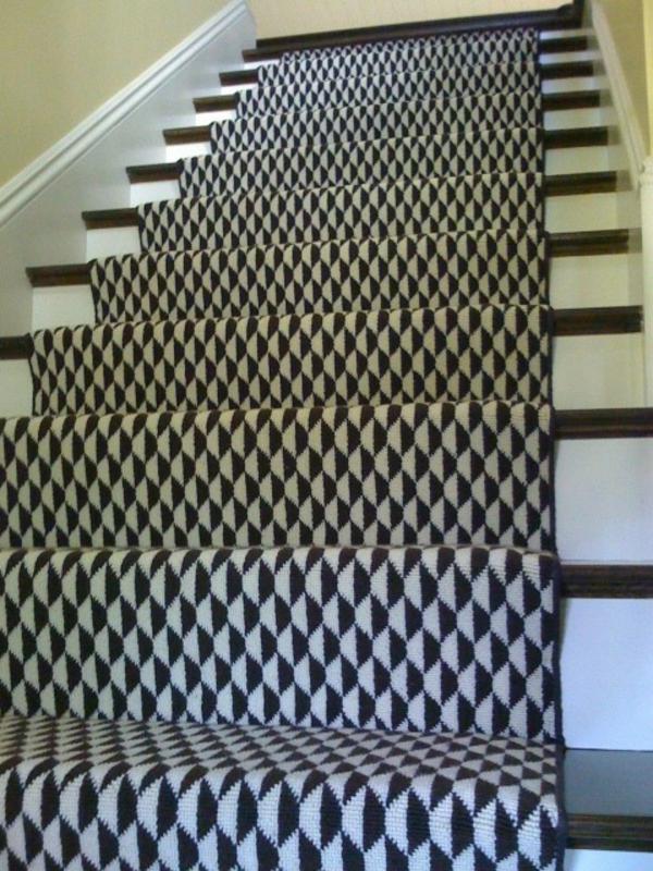 schwarz-weißer-teppich-für-die-treppen