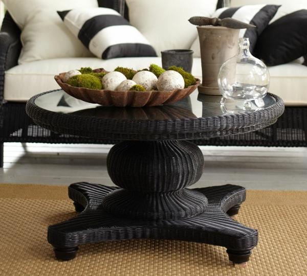 schwarzer-couchtisch-großzügiges-design - sofa in weiß und schwarz