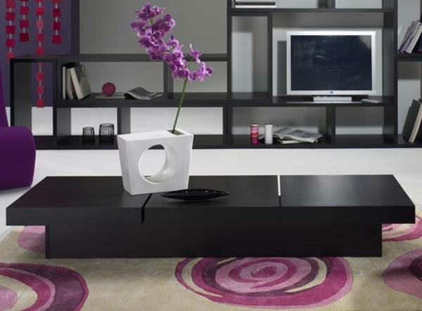 schwarzer-couchtisch-im-einen-rosigen-wohnzimmer