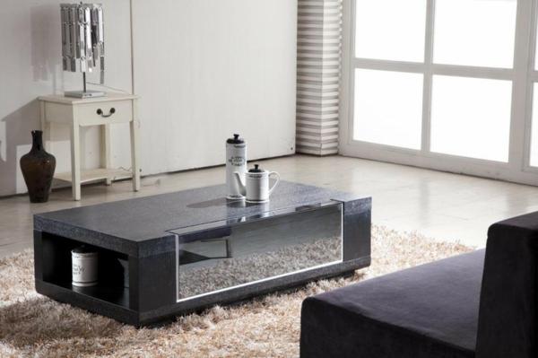 schwarzer-couchtisch-in-einem-schönen-wohnzimmer - schönes sofa in dunkler farbe