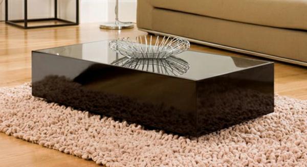 schwarzer-couchtisch - auf einem weichen hellen teppich