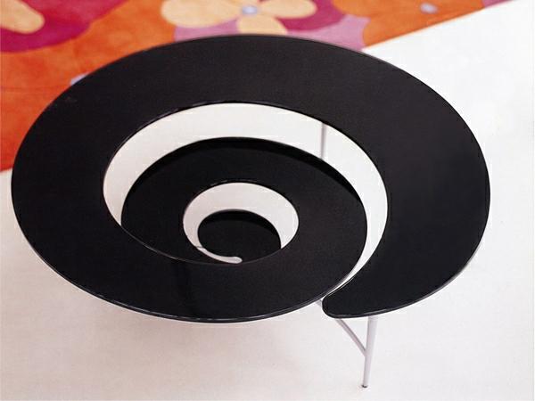 spiraller-schwarzer-couchtisch
