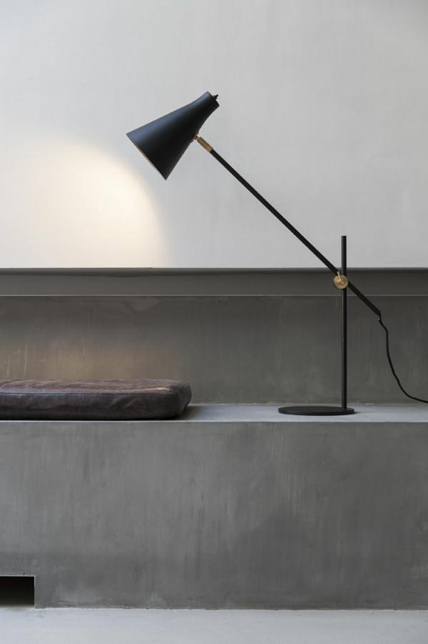 stilvolle-Schreibtischlampe-in-Schwarz-Idee
