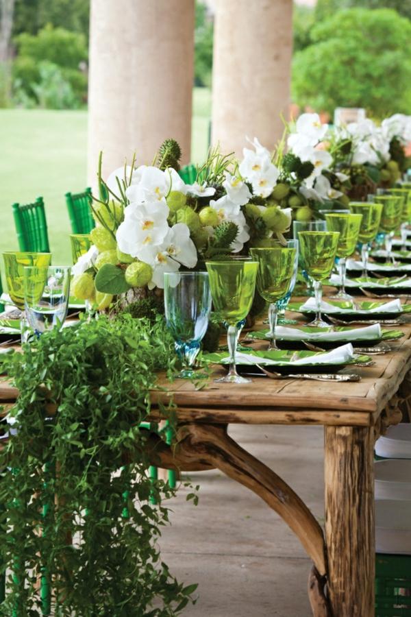 stilvolle-Tischdeko-in-Grün-und-Weiß