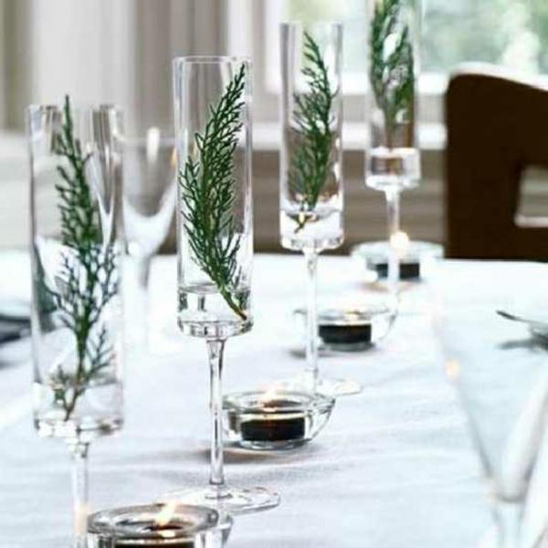 stilvolle-Tischdekoration-in-grüner-und-weißer-Farbe