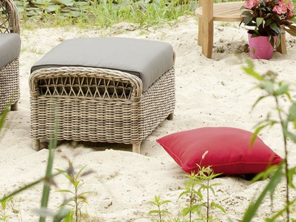 super-Hocker-aus-Polyrattan-am-Strand