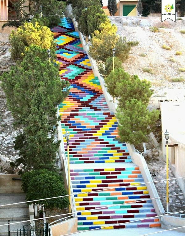 coole-Treppen-in-vielen-Farben-gestreift