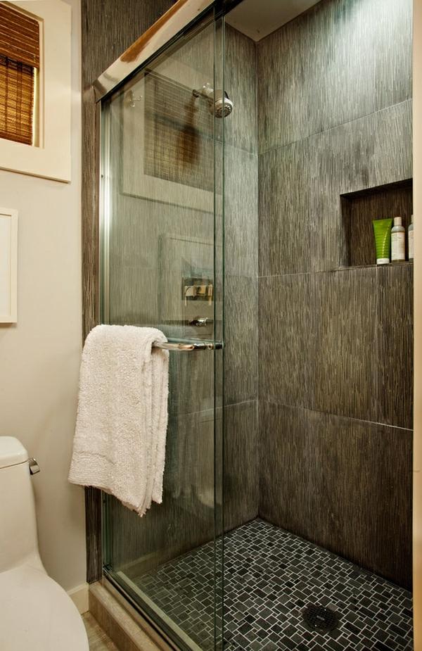 super-gestaltete-geflieste-dusche - gehängtes weißes tuch