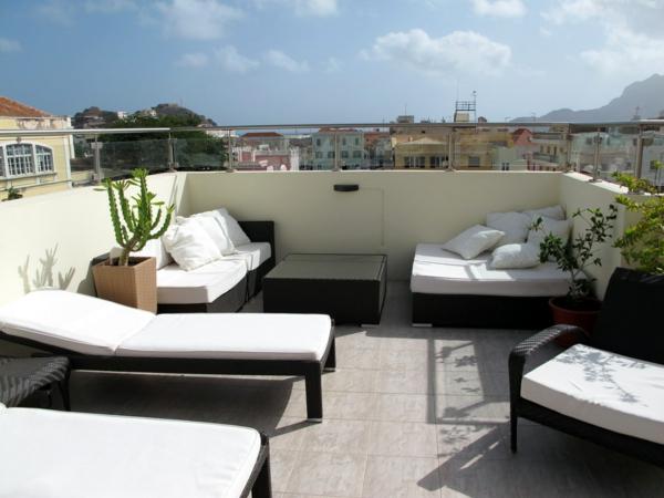 super-schöne-terrasse-auf-dem-dach-mit-loungemöbeln