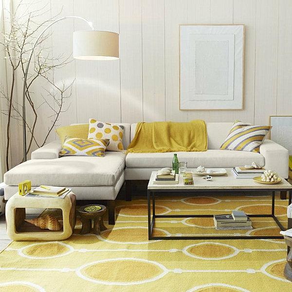 super-schöner-Teppich-in-gelber-Farbe-weiße-Wände
