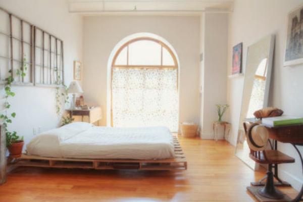 super-schönes-schlafzimmer-mit-einem-bett-aus-paletten