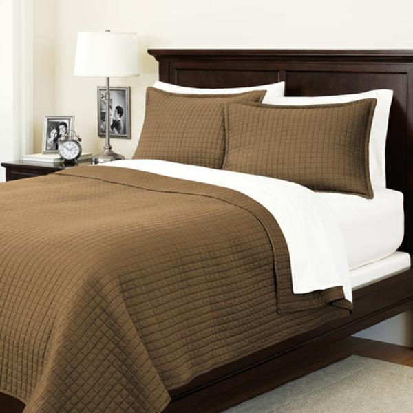 tagesdecke-in-braun-für-ein-modernes-schlafzimmer - eine lampe daneben