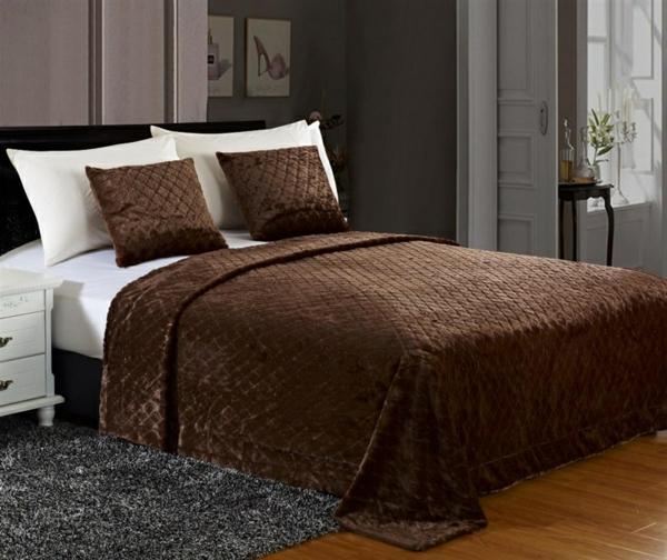 tagesdecke-in-braun-schönes-schlafzimmer - dekokissen auf dem bett