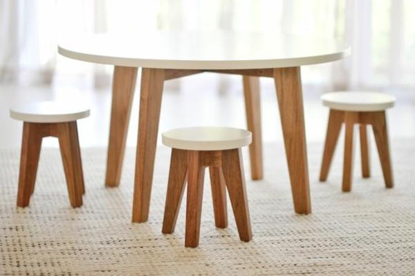 tisch-mit-stühlen-in-weißer-farbe