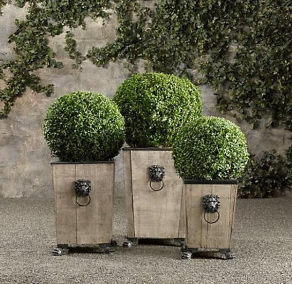 tolle-hölzerne-Blumentoepfe-im-Garten