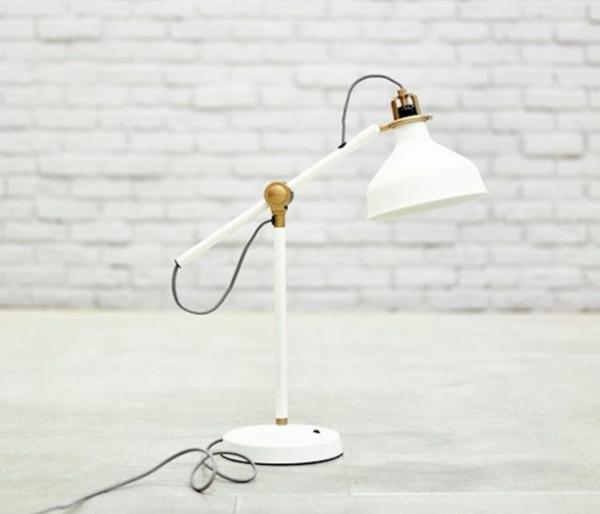 tolle-weiße-Lampe-für-den-Schreibtisch