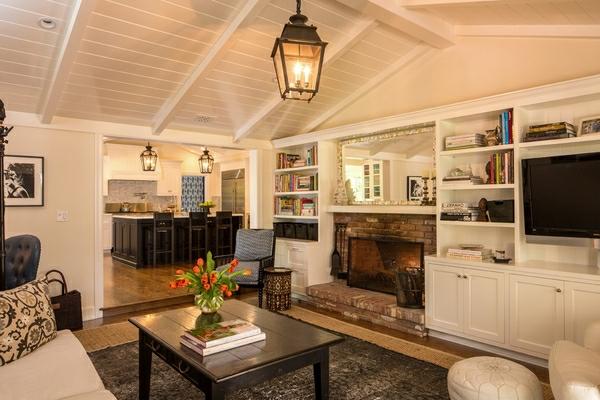 traditionell-gestaltetes.-wohnzimmer-mit-weißen-wänden