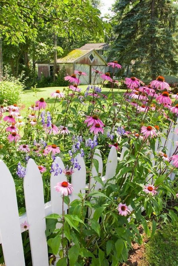 traditoneller-Gartenzaun-aus-Holz-in-Weiß-Blumen