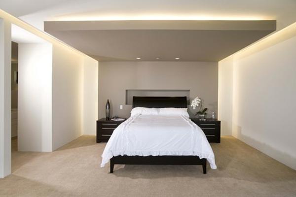 luxus schlafzimmer holz mit badewanne aus schwarzem marmor, Wohnzimmer design