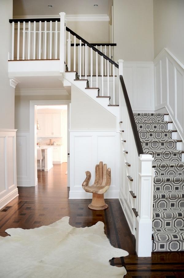 treppenteppiche-in-grau - weiße wandgestaltung