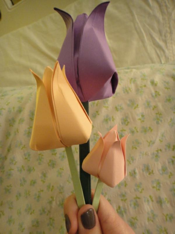 tulpen-basteln-lila-und-orange -eine frau nimmt sie