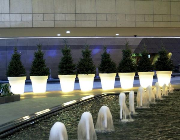 viele-Blumentöpfe-beleuchtet-in-Weiß