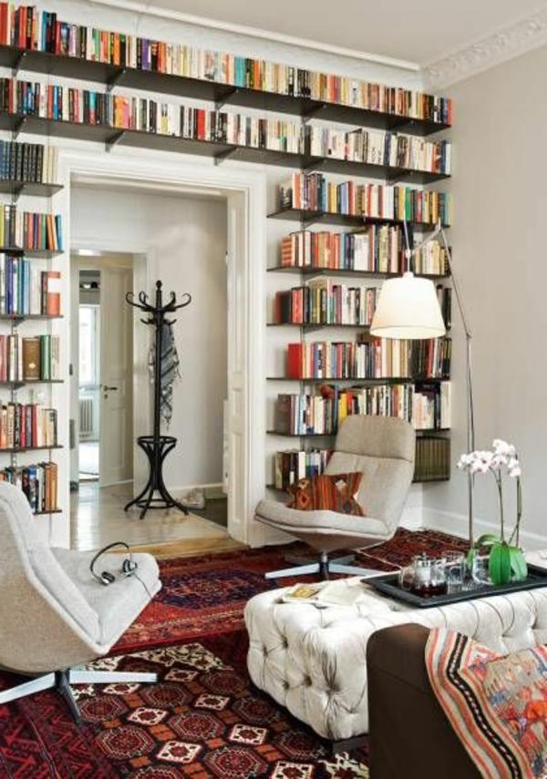 viele-Regale-für-Bucher-im-Wohnzimmergestaltung