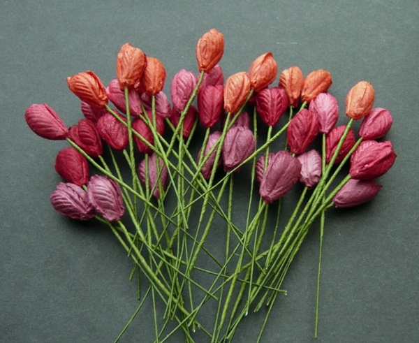 viele-rosige-und-rote-tulpen-basteln - grauer hintergrund