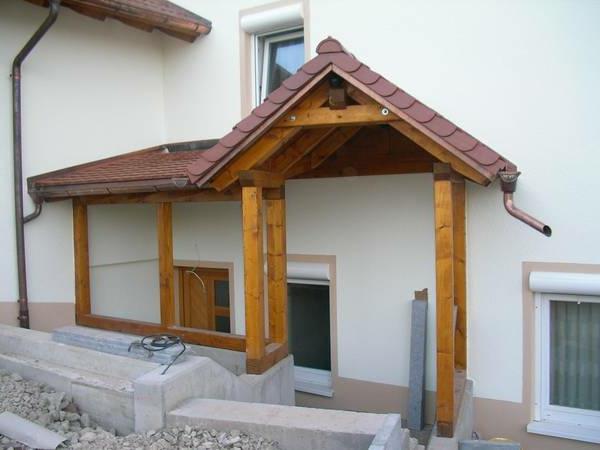 vordach-Holzvordach-über-der-Eingangstür-