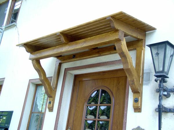 vordach-Holzvordach-über-der-Eingangstür-Design-Idee