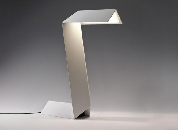 weiße-Designer-Tischlampe-mit-coolem-Design