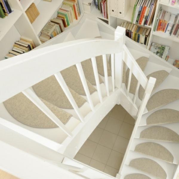 schöne-weiße-Innentreppe-mit-Teppiche