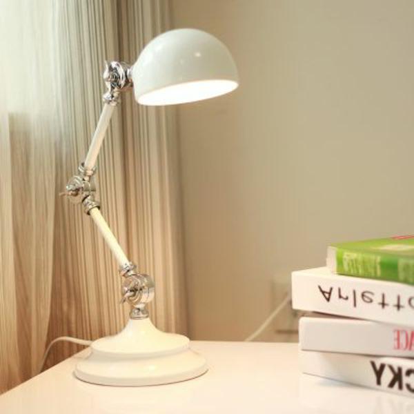 weiße-Lampe-für-den-Schreibtisch