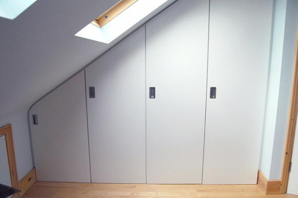 weiße-moderne-schränke-für-dachschräge