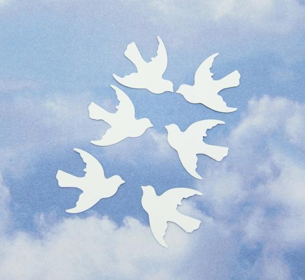 weiße-papier-tauben-im-himmel