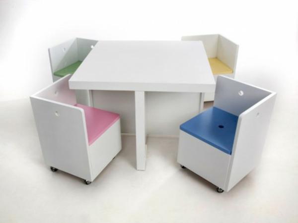 weiße-stühle-mit-einem-tisch-kinderzimmer