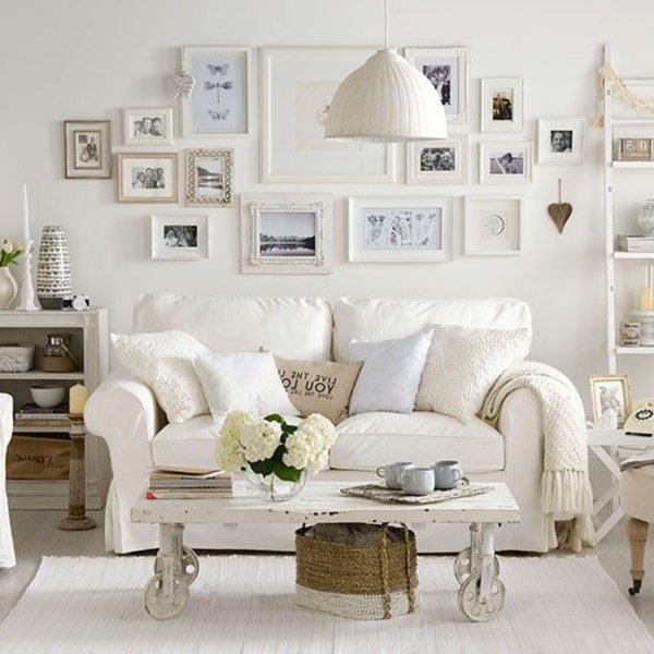 wohnzimmer vintage look:Vintage Wohnzimmer mit vielen Bildern und weißem Sofa