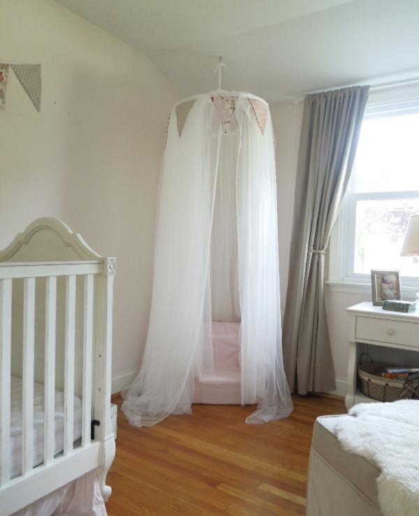 weißes-babyzimmer-mit-einem-baldachin-bett