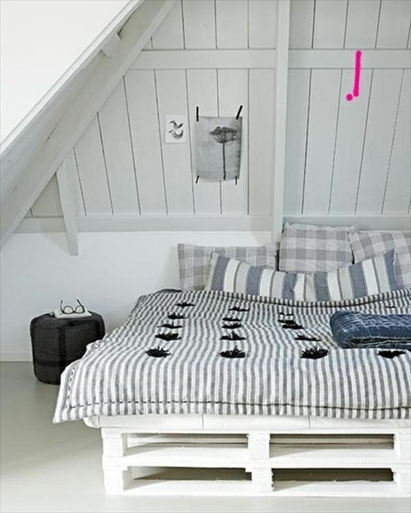 weißes-schlafzimmer-mit-einem-bett-aus-palleten
