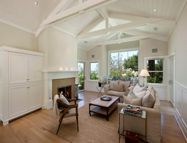 weißes-wohnzimmer-mit-einer-hohen-decke