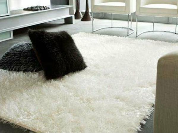 weicher-weißer-Teppich-Idee-für-die-Wohnung-schwarze-Kissen