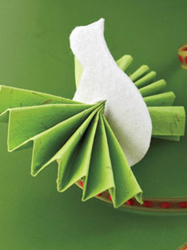 weisse-taube-mit-grünen-papierflügeln