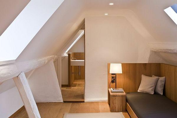 weißes schlafzimmer im dachgeschoss